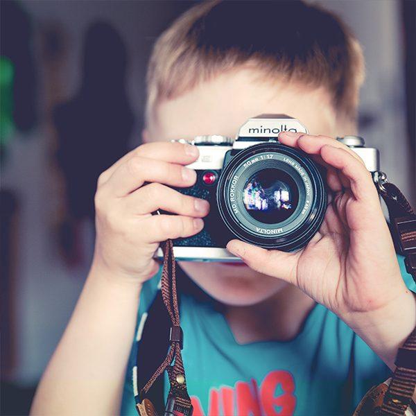 Курс по фотография и видео за деца, чрез който се усвоява по-задълбоченото откриване на различни гледни точки, обогатяване на светоусещането и усвояване на цялостен начин на мислене.