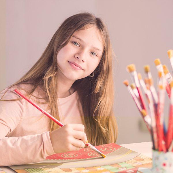 Курс по рисуване за деца, който чрез общуване развива сетивата, образното мислене и креативността в децата.