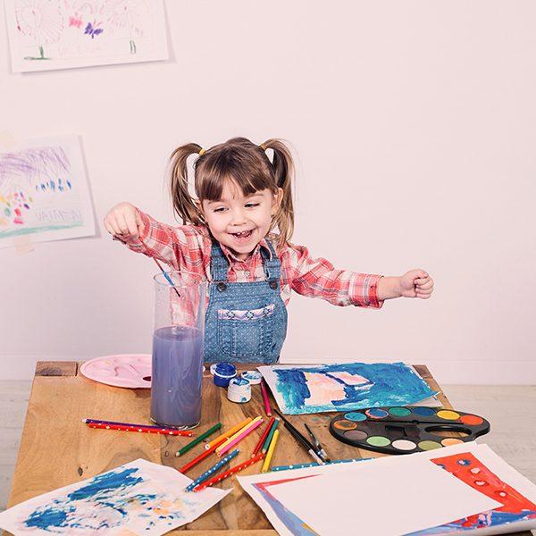 Курсът по рисуване за деца създава вълшебно пространство, в което децата могат свободно да развиват своята креативност и пресъздават картините на своето въображение.