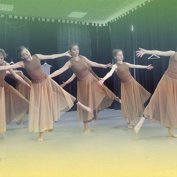 Школа по танци за деца и юноши. Съвременният танц е синтез от техники, стилове и практики, чрез които се достига ефирност, свобода и удоволствие.