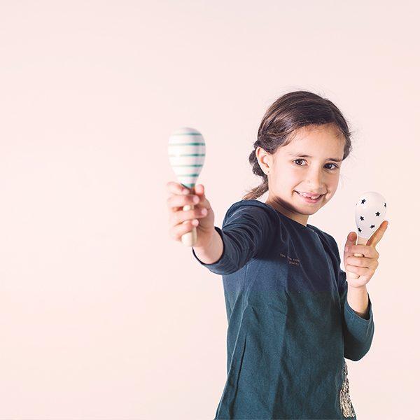 Чрез движение, звук, ритъм и говор децата развиват своите изразни средства, сетива и възприятия, използвайки акустични музикални инструменти.