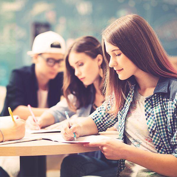 Езикови курсове по английски език за ученици в 9 и 10 клас. Съвместно учене и сътрудничество, учене чрез опит и откривателство, креативно обучение, игри и симулации.
