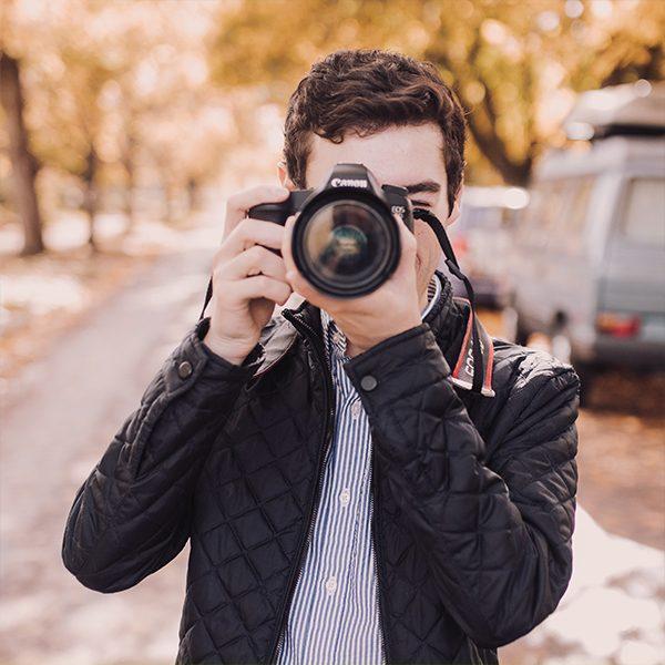 Курс Фотография за възрастни отключва любопитството, стимулира въображението и креативността. Фотографията може да бъде хоби, страст, професия, начин на общуване, начин да преоткриваме света около нас.