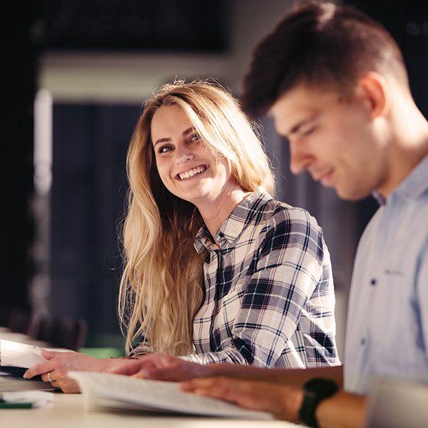 Английски език в областта на туризма. Обучението подобрява професионалната комуникация и предложенията за стратегии на поведение при определени ситуации.