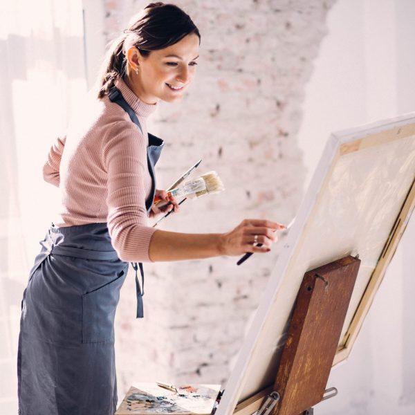 Курс Живопис за любители, в който изразявате своите емоции и индивидуалност. Курсът ви разкрива света на изкуството и ви кара да творите с въображение.