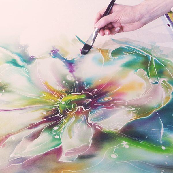 Курс, състоящ се от 5 арт уъркшопа, в които ще създадете 5 уникални копринени произведения, изработени лично от вас.