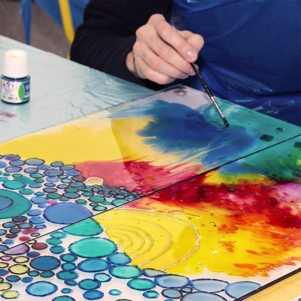 Курс по рисуване на стъкло за възрастни, състоящ се от 7 модула. Играта на светлина и цветни палитри се съчетават в хармонични картини, които са създадени лично от вас.